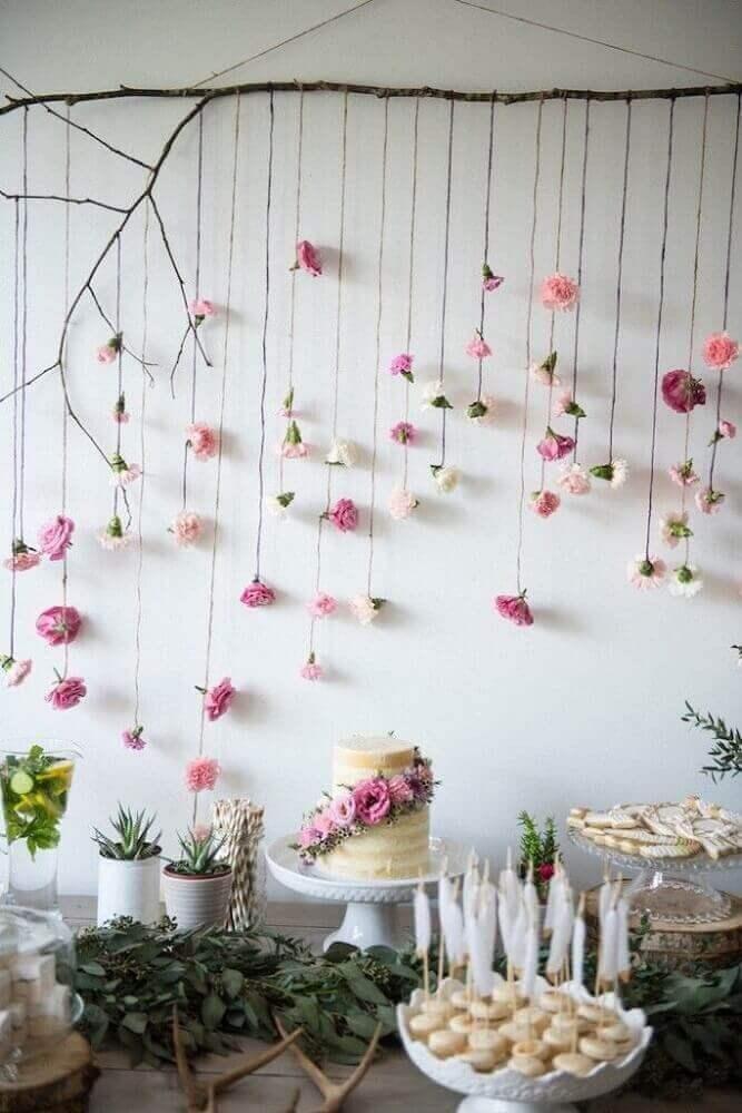 Decoração com flores em chá de fraldas