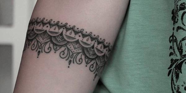 tatuagem de corrente delicada