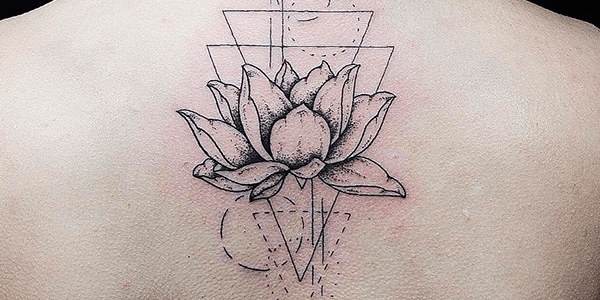 Tatuagem geométrica feminina