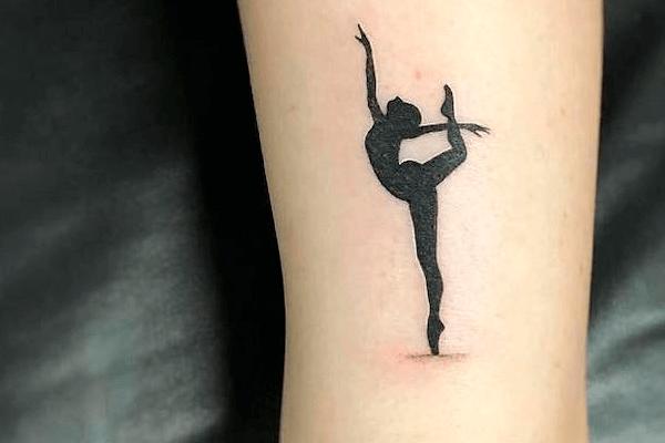 Tatuagem feminina preta delicada