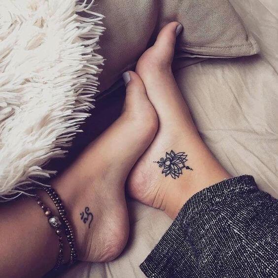 tatuagem feminina no pé delicada