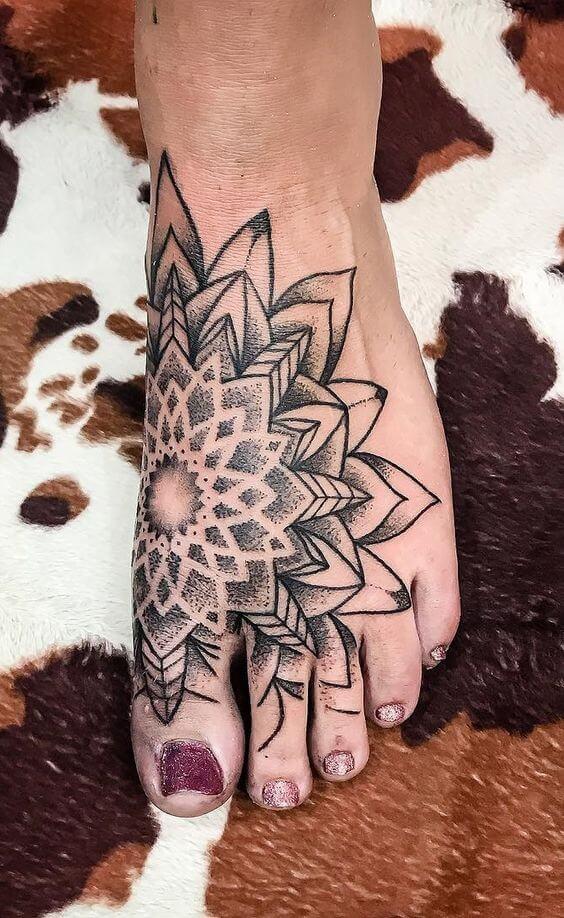 tatuagem geométrica no pé