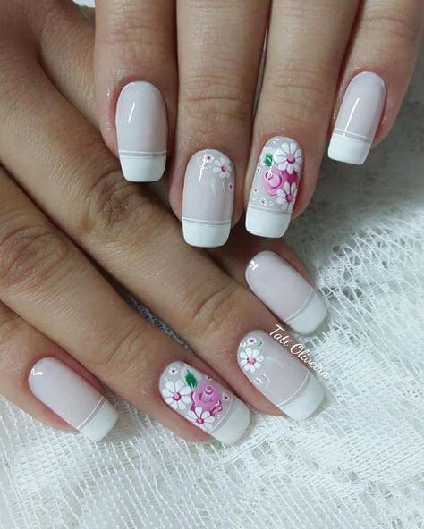 unha branca decorada com flores