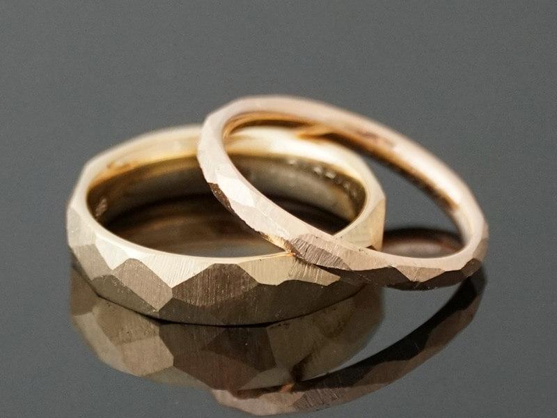 Aliança de casamento com textura
