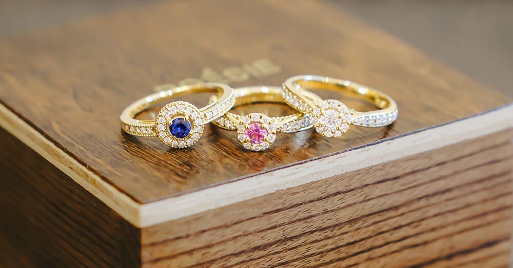 Aliança de casamento com pedras coloridas