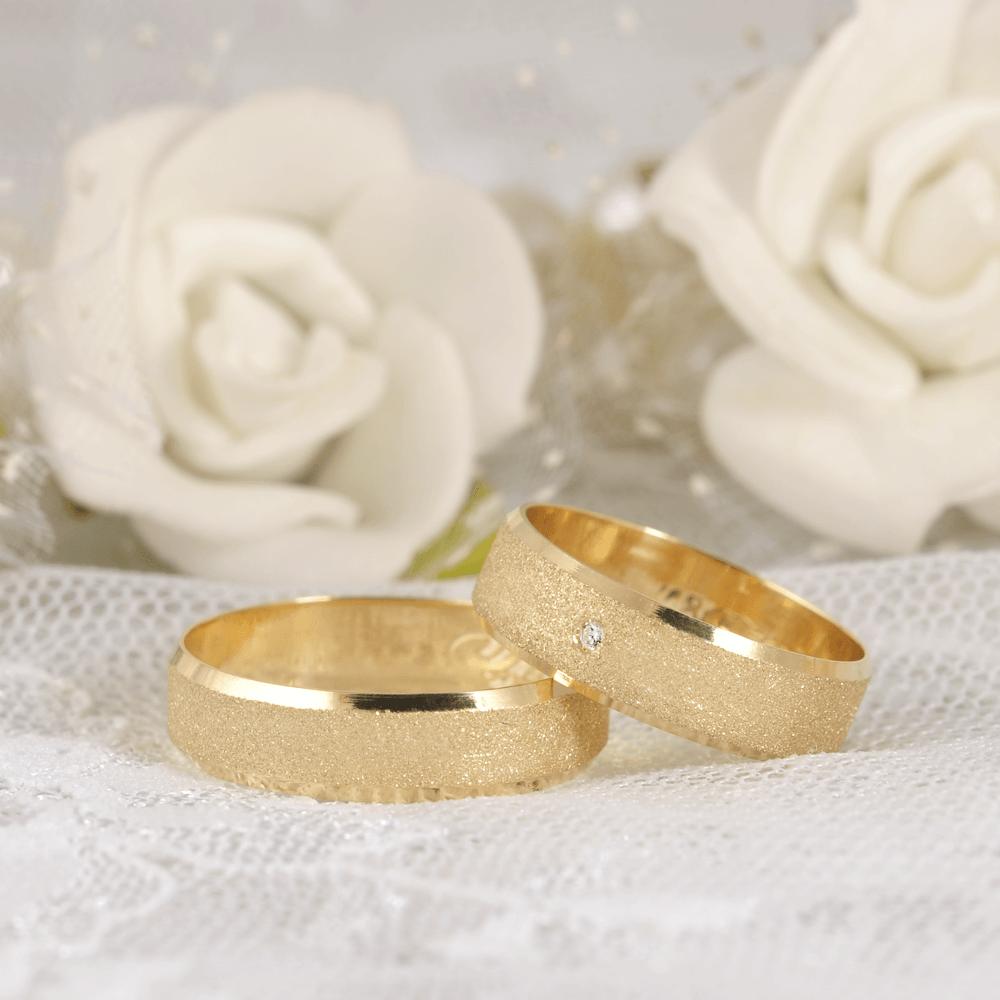 Aliança de casamento com pedras em volta