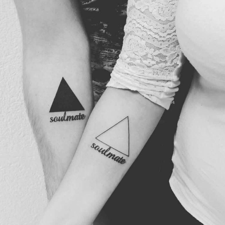 Tatuagem de casal com desenhos iguais no mesmo local 2