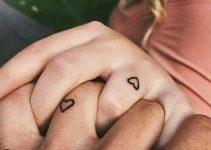 Tatuagem de casal no dedo anelar