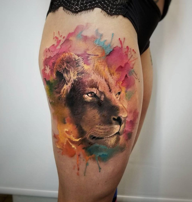 Tatuagem de leão aquarela feminina