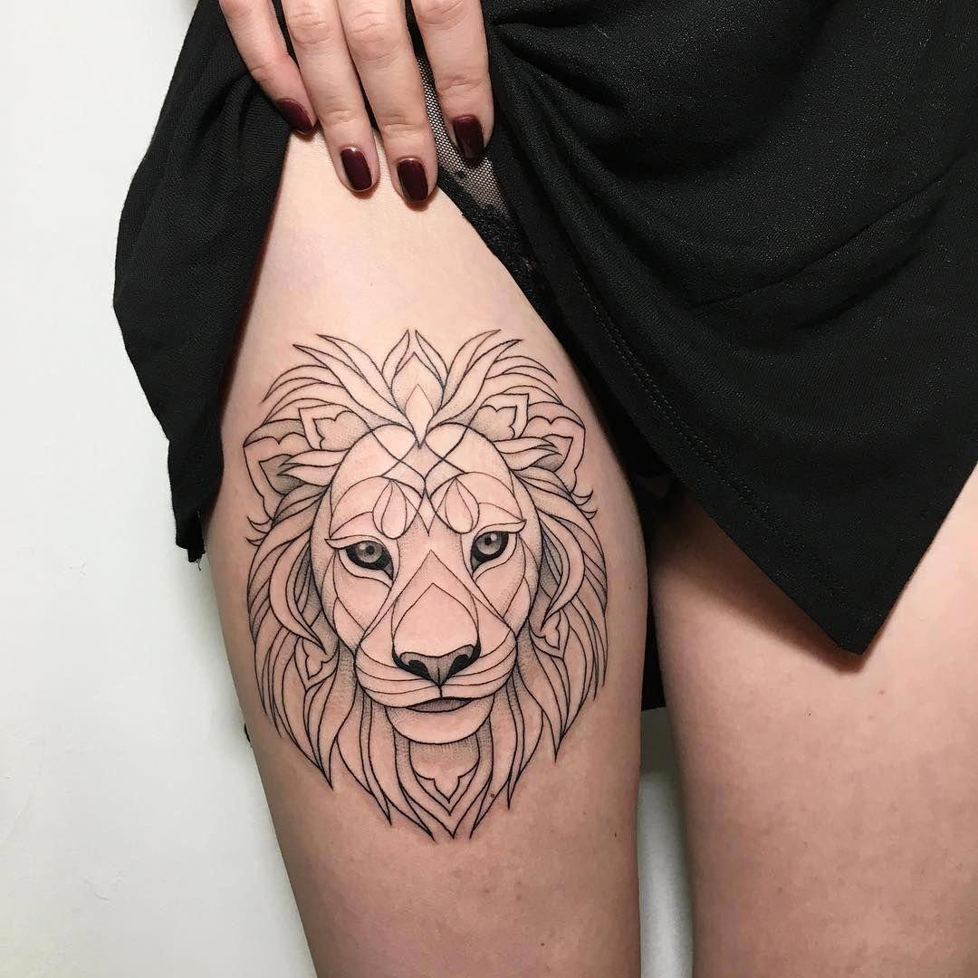 Tatuagem de leão geométrica feminina