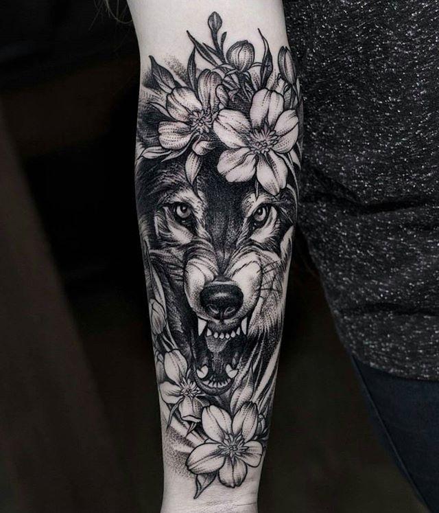 Tatuagem feminina de lobo blackwork 2