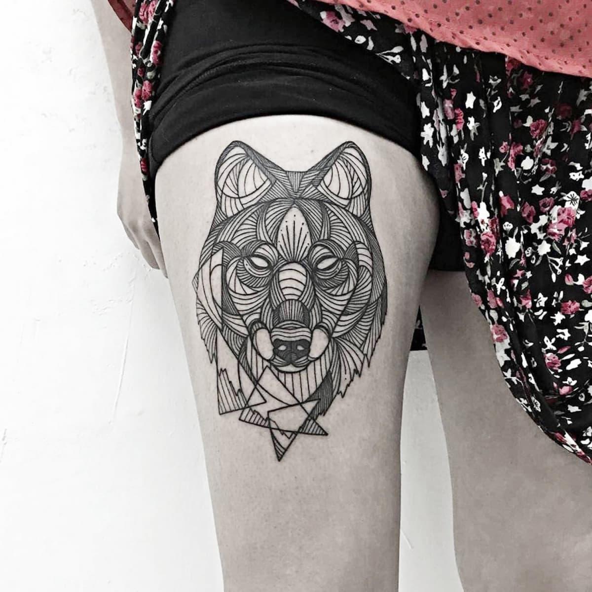 Tatuagem feminina de lobo blackwork