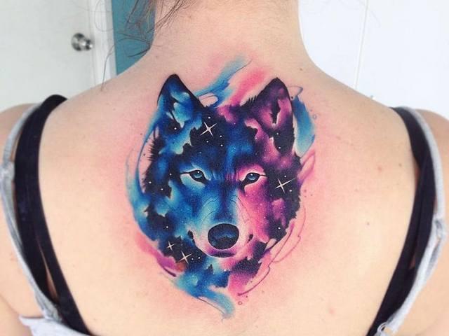 Tatuagem feminina de lobo em aquarela 2