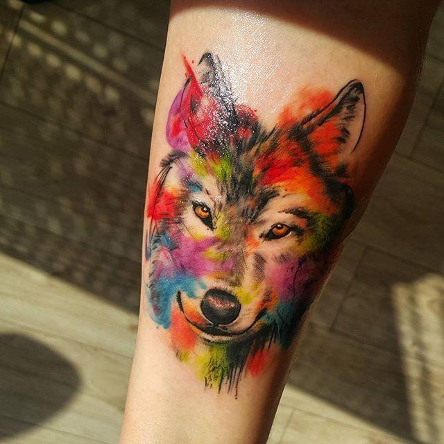Tatuagem feminina de lobo em aquarela