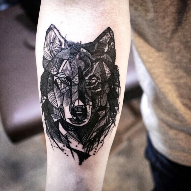Tatuagem feminina de lobo geométrica