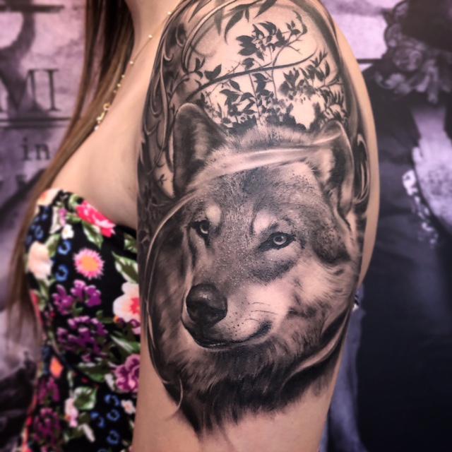 Tatuagem feminina de lobo realista