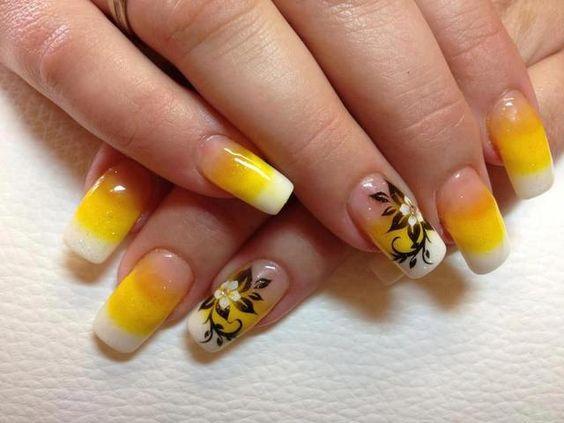 Unha amarela decorada com flores