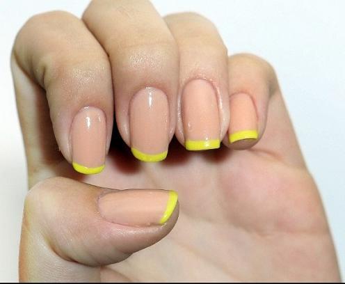 Unha amarela decorada com francesinha