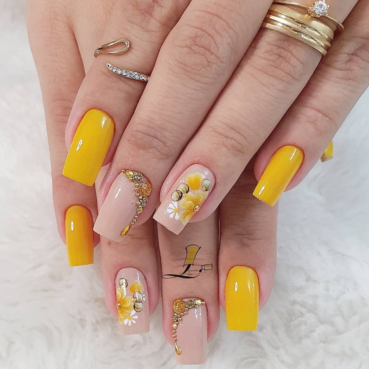 Unha decorada amarela com pedras