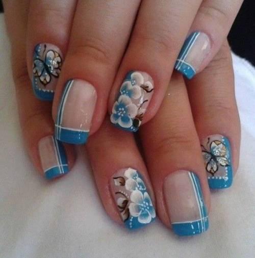 Unha decorada azul com flores