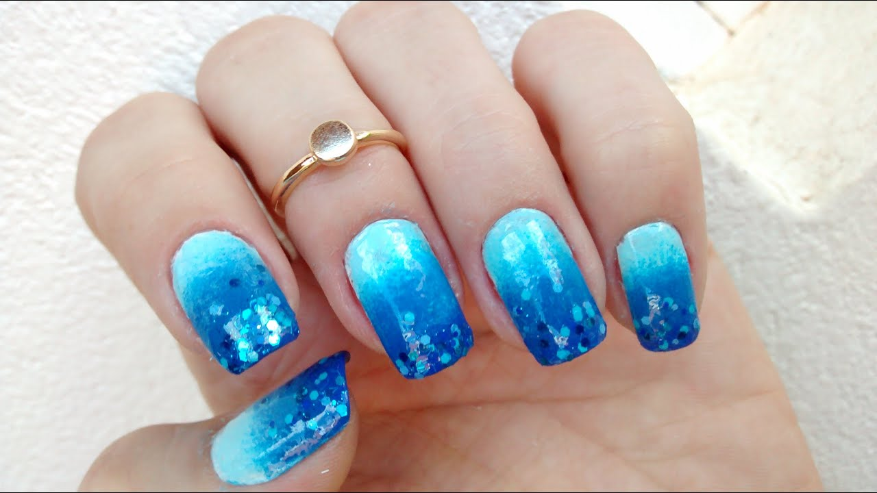 Unha decorada azul com glitter