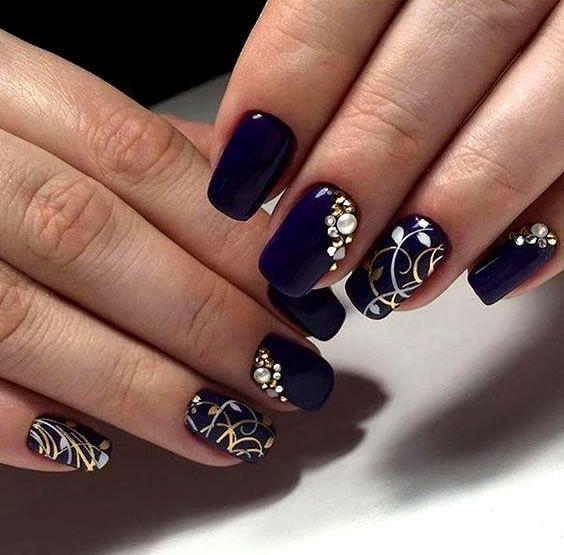 Unha decorada azul com joias