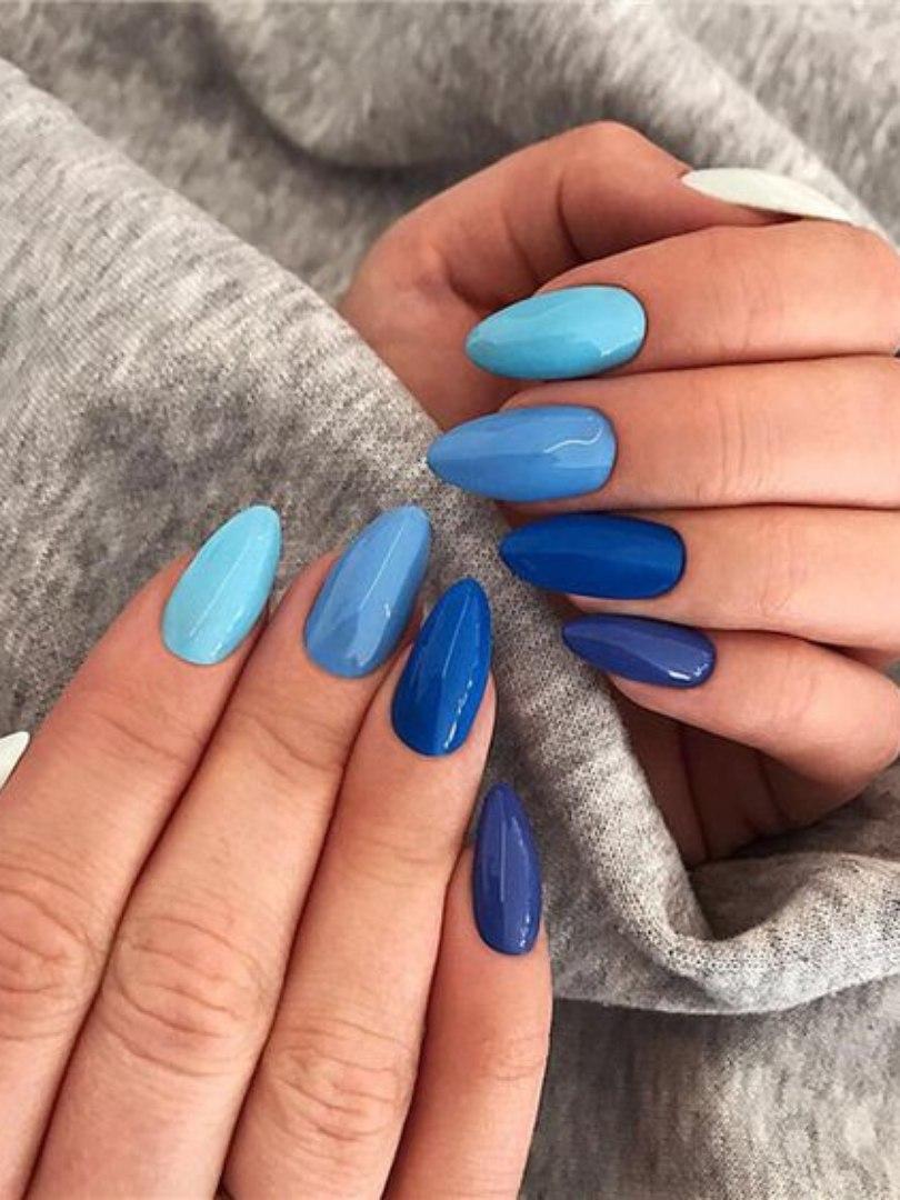 Unha decorada em vários tons de azul
