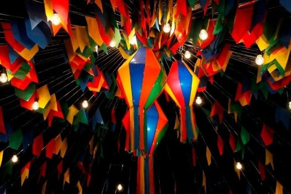 Balões e bandeiras de festa junina