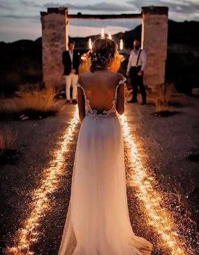 caminho iluminado em casamento na praia