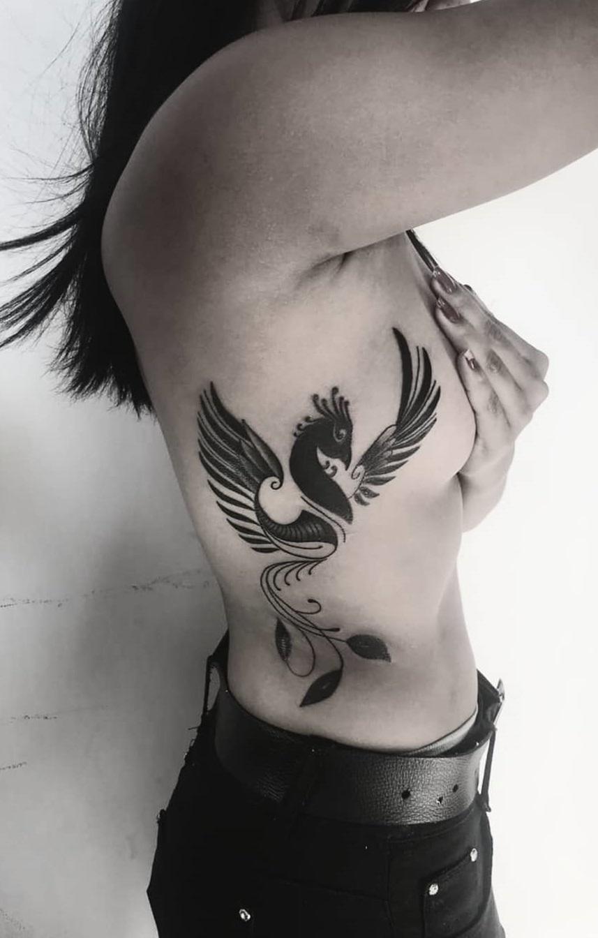 tatuagem de fênix na costela
