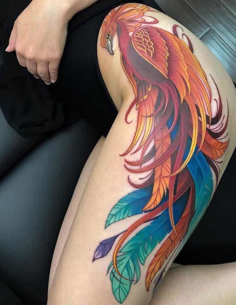 tatuagem de fênix na coxa