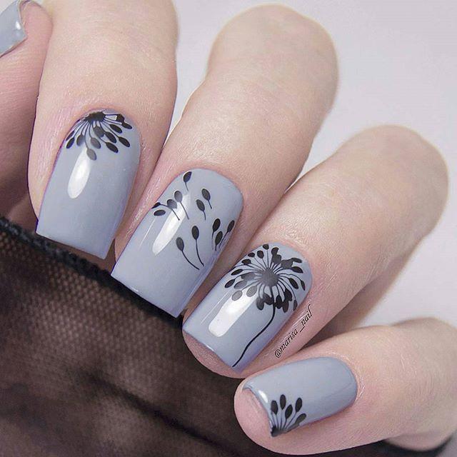 Unha cinza com flores