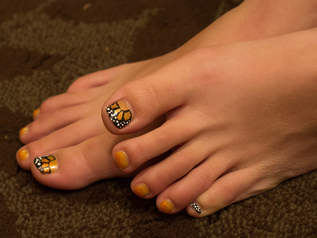 Unha do pé decorada borboleta