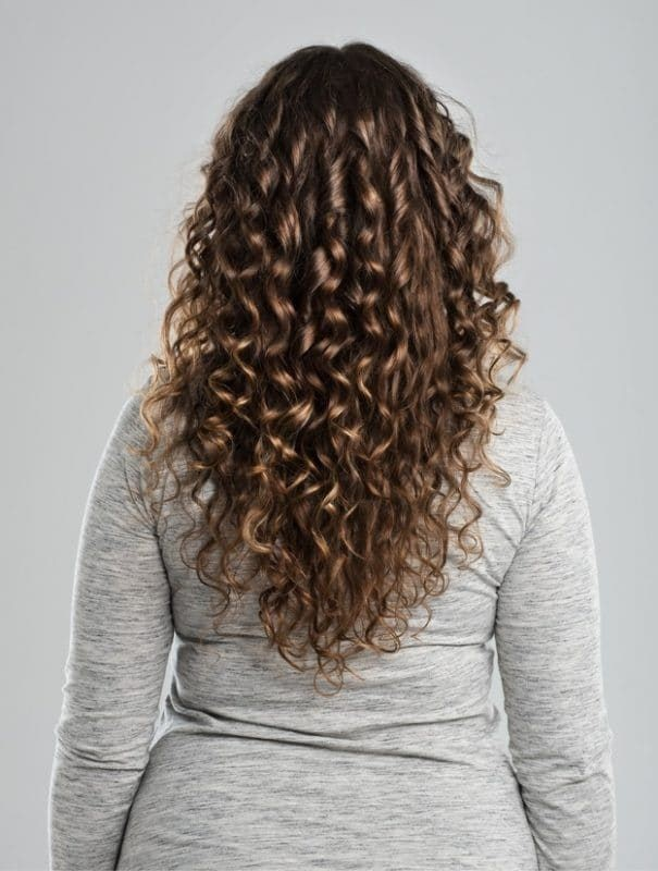 Corte de cabelo repicado em cabelo cacheado