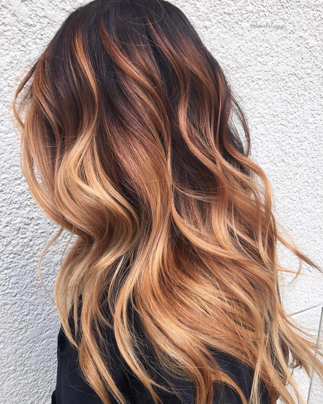 Cabelos longos com luzes strawberry blond
