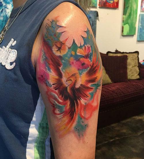 Tatuagem feminina de fênix com flores 2021