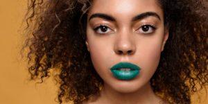 batom colorido em maquiagem
