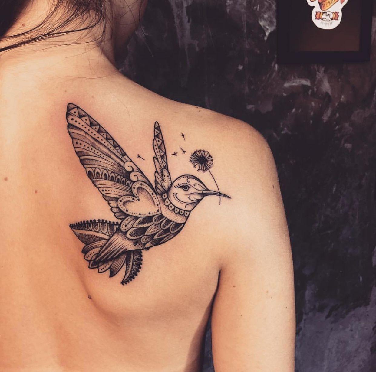 beija-flor tatuado nas costas