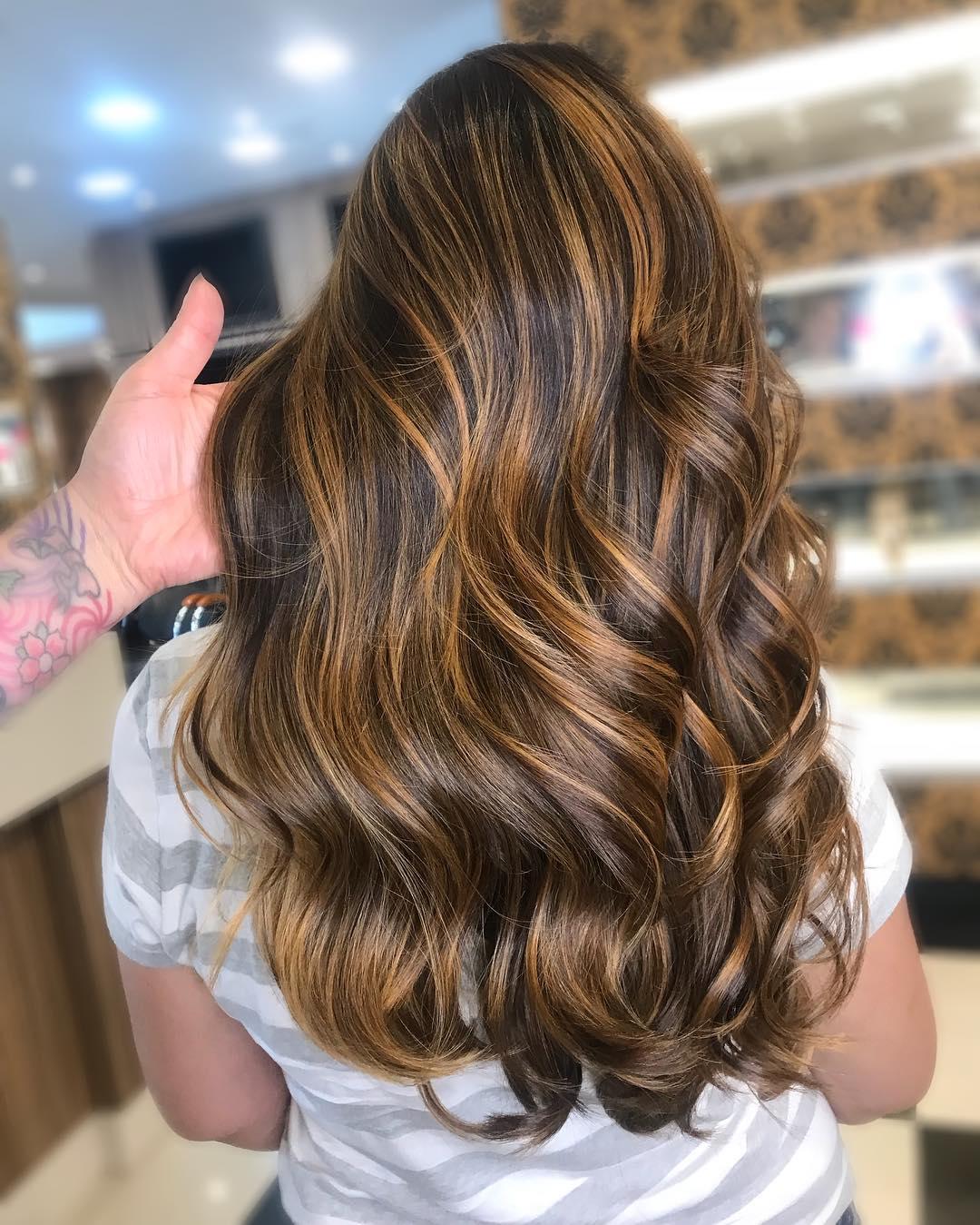 cabelo castanho longo com luzes