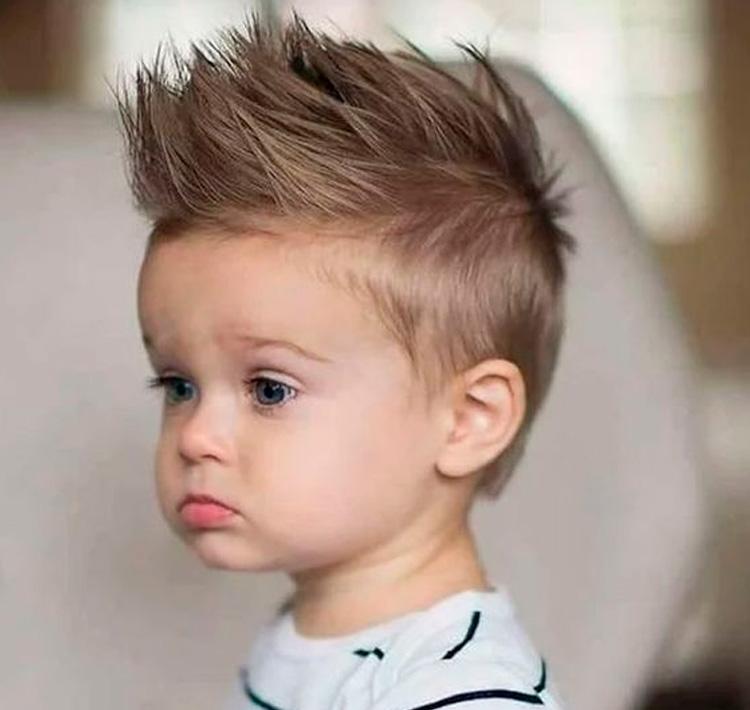 cabelo moicano em menino