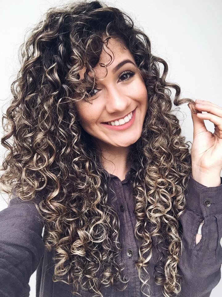 cabelos cacheados iluminados