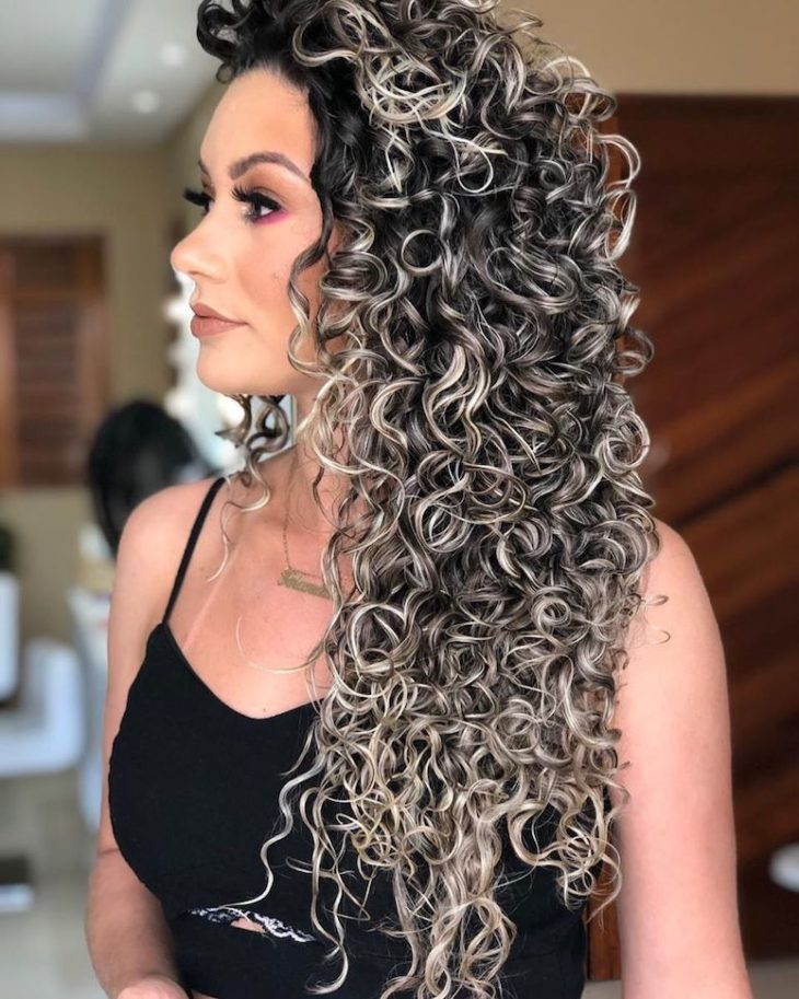 cabelos cacheados longo com luzes