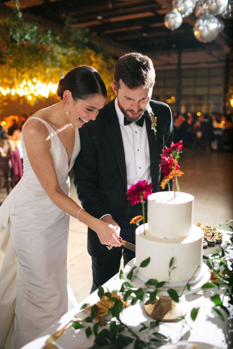 casal cortando bolo de casamento