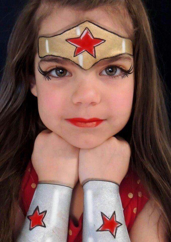 criança com maquiagem de mulher maravilha