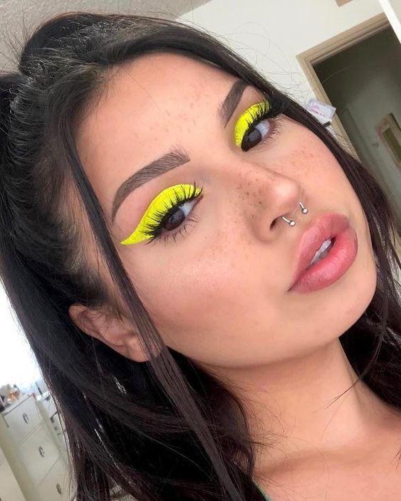 delineado amarelo neon