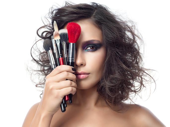 como fazer maquiagem sozinha em casa