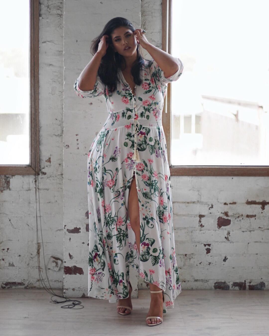 estampa floral fundo branco em vestido plus size longo