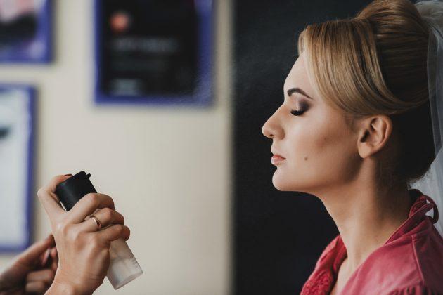 fixador de maquiagem sendo aplicado
