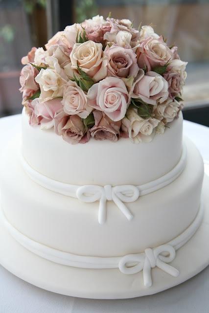 flores no topo do bolo de casamento