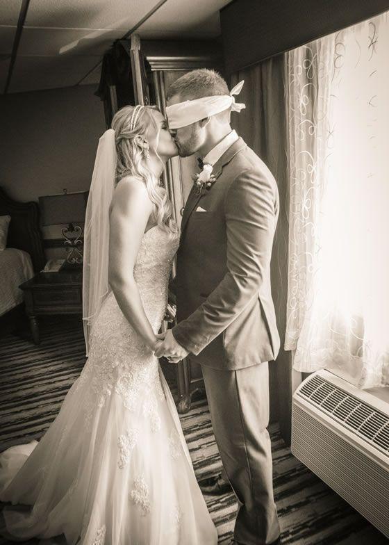 foto de casal para casamento com homem vendado